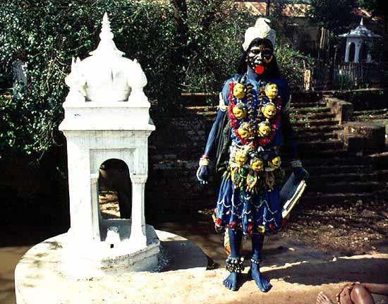Kali, die grausame Göttin. Die wahre Mutter allen Schlachtens. Dargestellt von einem Anhänger Kalis.(Kali= schwarz)