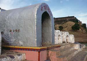 Ramatempel  mit Swastikas. Die Tempelform wiedersteht  der Flut des Flusses  die alljährlich im Monsoon stattfindet