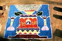 Rangoli / Rangavalli Fußbodendesign .  Darstellung  der heiligen Pflanze Tulsi.