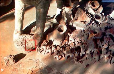 Eingeborenenstämme in Mittelostindien verehren die Götter mit Hilfe des Swastika (siehe links vor den Füssen des Keramikpferdes)
