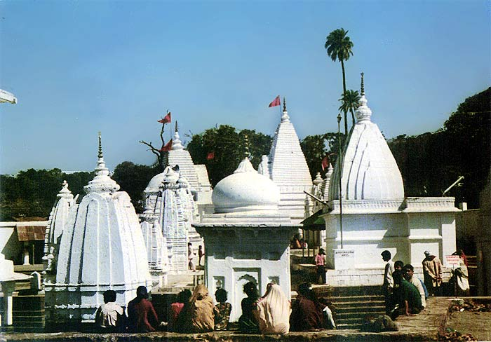 Tempelanlage der Narmada- Quelle. Durch diese Tempel geht der Pfad, auf dem man Gut und Schlecht verstehen lernt.